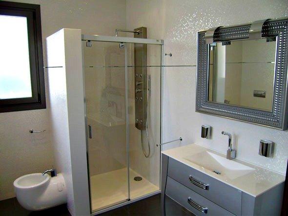 Ba os en aluminio y cristal alurec for Placa duchas modernas
